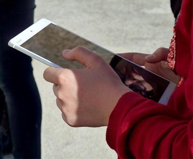 Photo d'un utilisateur avec une tablette tactile