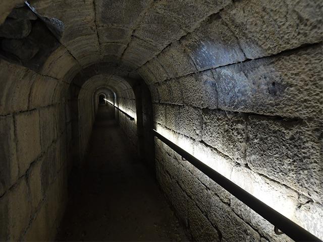 Photo de l'intérieur de la galerie souterraine de la Citadelle de Besançon