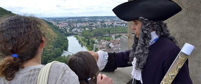 Photo d'un guide comédien avec des visiteurs