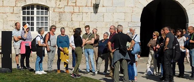 Photo d'un groupe de personnes avec guide